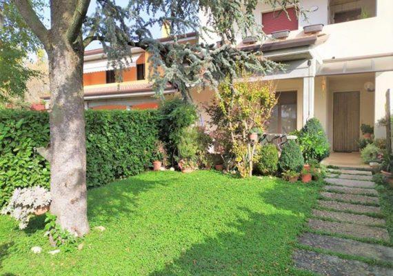 🏡 In zona residenziale a Villafranca, con traffico limitato ai soli residenti, quadrilocale con ingresso indipendente e giardino di proprietà in parte terrazzato e coperto – VENDITA