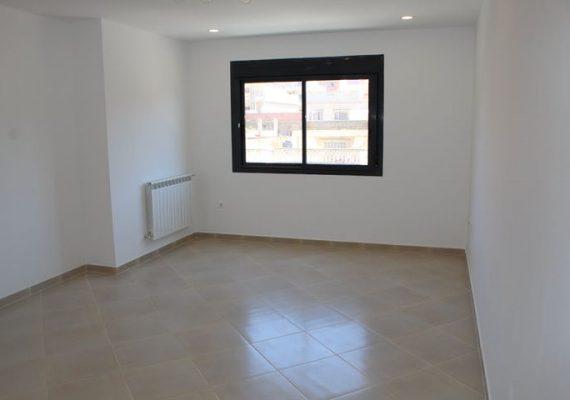 A louer Appartement F4 d'une superficie de 120 m2 situé dans une résidence construite récemment à Fernanville Oran. Appartement tout neuf composé d'un hall d'entrée, d'une cuisine aménagée et équipée, d'un salon, 3 chambres dont une suite parentale, salle de bains avec douche à l'italienne et une place de parking en sous-sol. Appartement climatisé. Endroit calme et sécurisé, proche de toutes commodités.