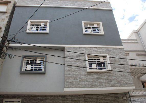 A vendre villa R+2 d'une superficie de 150 m2 situé dans un lotissement à Millenium Oran. Composé au rdc de 2 garages, d'une piscine creusée avec terrasse et d'un sanitaire. Au 1er étage, une cuisine aménagée et équipée ouverte sur un séjour accédant sur une terrasse sans vis-à-vis. D'un salon très spacieux, d'une chambre, d'une salle de bains avec douche à l'italienne, d'un sanitaire. Au deuxième étage, 3 chambres dont une suite parentale, un dressing, un bureau, une salle de bains avec baignoire, un sanitaire. Villa construite avec goût et produits de qualité. Caméras de vidéo surveillance.