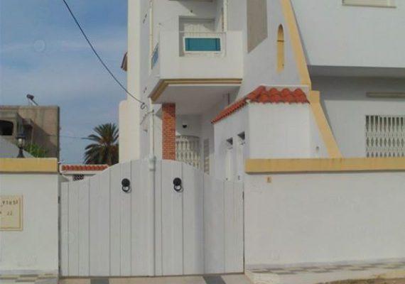 Une maisonnette S+2 (rez de chaussée) climatisée au bord de la mer (+/-100 m)