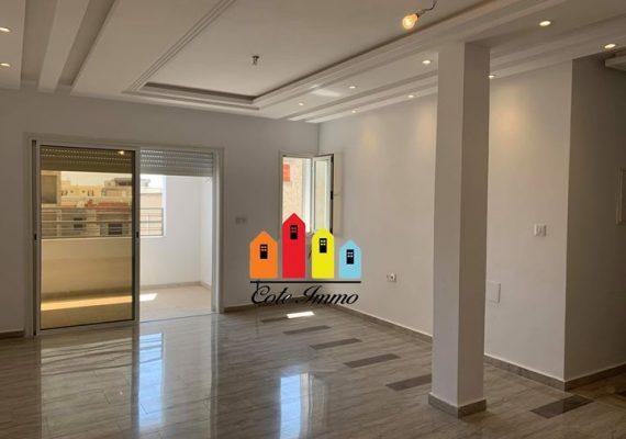 A Louer à Rades cité Mohamed Ali un appartement s+3 au 2ème étage sans ascenseur, composé de trois chambres à coucher, une salle de bain, une salle d'eau et une cuisine équipée.