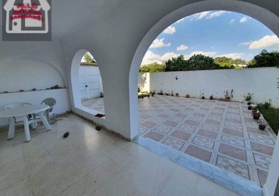 Une jolie maison réez de jardin spacieuse et bien sympa à louer à hammamet située dans un quartier très calme et résidentiel en face CNAM hammmet à 10 minutes à pieds de la mer.