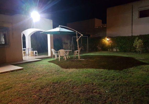 Salon + chambre parents + chambre d'enfants + cuisine + salle d'eau + un grand jardin