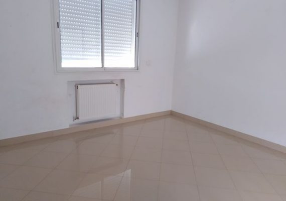 On vous propose un duplex indépendant lumineux et spacieux, ilnse compose d'un spacieux salon séjour, une cuisine équipée, une salle d'eau avec une douche, à l'étage on trouve deux chambres à coucher qui partagent une salle de bain et une suite parentale.