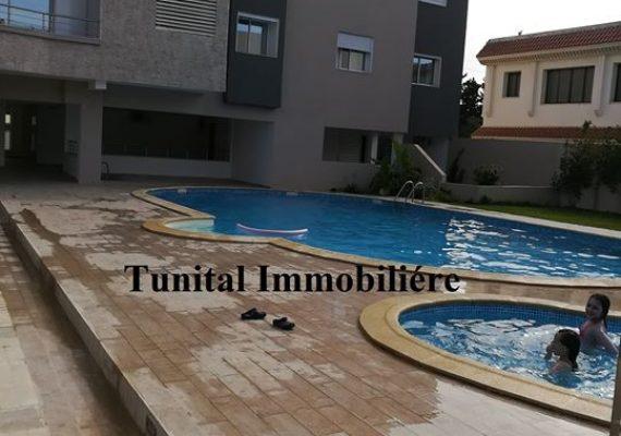A vendre appartement HTS au 2éme étage avec ascenseur dans une résidence R+2 gardée sécurisée avec grand piscine grand jardin gazonné et des caméra de surveillance .