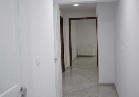 On vs propose un très bel appartement lumineux et spacieux qui se compose d'un salon, une cuisine équipée, une salle d'eau invités, deux chambres a coucher qui partagent une salle de bain et une suite parentale.