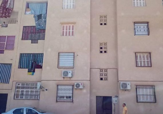 *** Vends où Échange d'un appartement >>> ( super amélioré ) refait à neuf avec des matériaux de qualité >>> { revêtement sol et murs avec de la céramique 1 er choix et dispose des commodités nécessaires à savoir >>> climatisation , réservoir d'eau avec surpresseur etc . Le logement est de type F3 avec dépendances . Surface habitable >>> = 74,22 M2 . Niveau >>> rez de chaussée . Lieu >>> Cité des 35 logements participatifs côté lotissement Latifi et des 400 logts route de Zaarouria Souk-ahras . Observations >>> l'échange se fera contre une habitation individuelle avec étude d'évaluation établie selon l'accord des deux parties . pour plus d'informations veuillez prendre contact avec agence immobilière Souk-ahras ouest au >>> [ 0549660111/0655804108/0790893931 ] *** .
