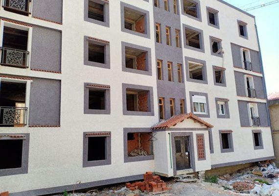 I-Immobiliare Alioua met en vente un appartement en semi fini de 109 M2, 2 étage avec 2 façades, papiers : livret foncier au Fer à cheval montée de Tarzan a gauche