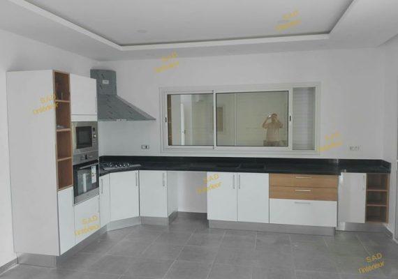 Découvrez notre dernière réalisation: une cuisine blanche avec une touche en bois 😍😍