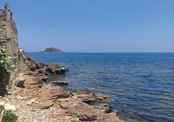 Agence BRAFCOM met en location vacances à Boulimat Béjaïa un niveau de villa type F3 au rez de chaussée avec jardin stationnement intérieur, espace familiale, a 50 m d'une piscine naturelle plage de galets à 20 m et plage de sable a 200 m, appartement équipé d'une climatisation/eau chaude.