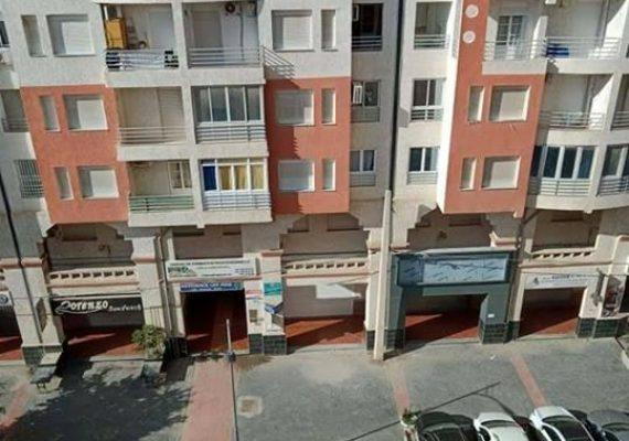 Khoualdi immobilier, mets en vente un appartement de type f3 de 71 m2 avec 02 façades au 6ème étage d'un immeuble sans ascenseur dans une résidence fermée avec parking, à Bejaia, coté Ritej Mall.