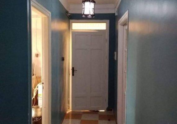 نعرض عليكم شقة F3 الطابق الاول في حي 300 مسكن «بير زعبوب» (العالية الشمالية) «مفتاح» مفينية قريبة من كل المرافق العمومية والخاصة حي مسيج.