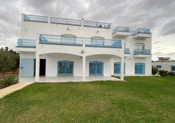 L'agence Immobilière #Investimmo vous propose une Luxueuse villa sur deux niveaux avec piscine, à Chatt ezzouhour entre Korba et Menzel temime, bâtie sur un terrain de 2950 m².