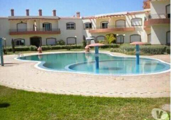 A vendre à Sidi Bouzid à 2 kms de la ville dEl Jadida dans une residence clôturée et securisée avec une picine commune et un jardin arboré,un joli appartement spacieux de 108 métres carrés,composé de deux chambres avec salle de bain+balcon,un salon+balcon+cheminée vue sur la piscine,une salle de bain et une cuisine équipée+balcon.