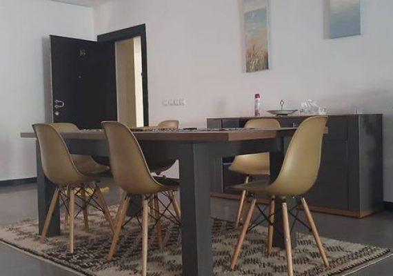 Agence broadway immobilier met en location long terme un superbe appartement entièrement meublé très bien situe , plein champs de course et a deux pas de l'avenue des far .