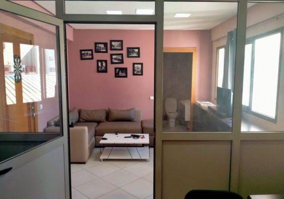 Dans une résidence bien située sur avenue Mohamed V, nous mettons en vente un local bureau aménagé de 27m² de superficie, propre et ensoleillé. Autres offres de vente et de location sont disponibles à la même adresse.
