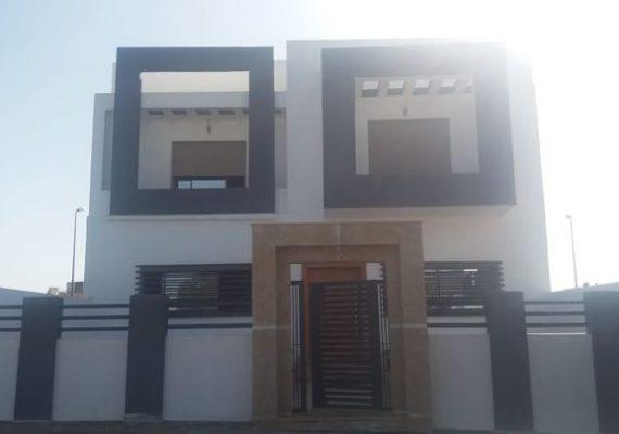 Villa à vendre située à Golf Mehdya limitrophe lotissement El Haddada, bien positionnée, sur double voie, avec double façade: Entrée façade principale et entrée garage façade opposée.