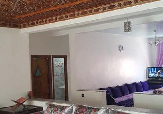 Nous vous proposons à la location un appartement à Mimosas au 3ème étage avec 2 grand salons, 2 chambres à coucher, cuisine équipée, salle de bain et salle d'eau. Ascenseur, sécurité et parking au sous-sol.