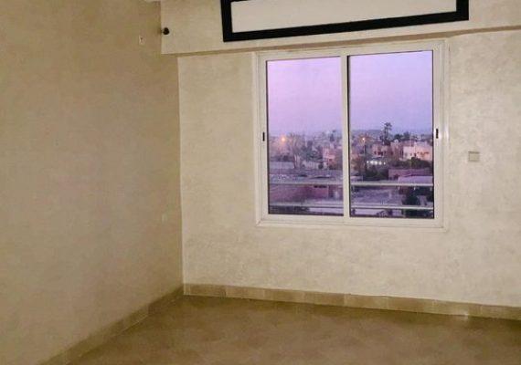 Appartement à vendre à Rouidate de 74m2 neuf; première main, titrée au 3éme étage avec ascenseur et parking sous-sol. L'appartement se compose par un salon, une cuisine équipée avec un balcon, deux chambres à coucher, une avec un balcon et une salle de bain dans une résidence familiale 📍le prix 670000 dhs nègociable pour plus d'infos contact +212641197917