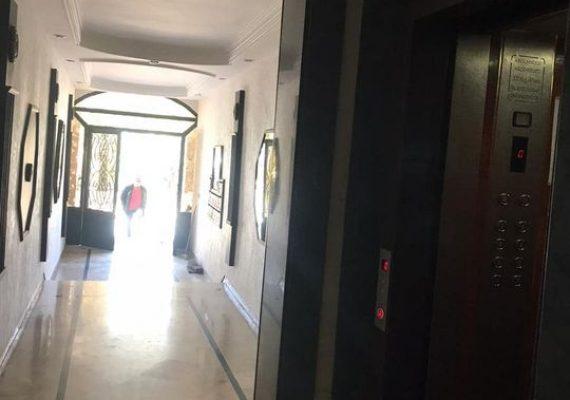 Ne laissez pas passer cet appartement à louer. Prix 4 500 DH. 5 pièces, 3chambres , 2 salles de bains, superficie 140 m². 4ème étage. Moins de 10 ans. Revêtement: Marbre. Sécurité maximale avec porte blindée. Beau salon marocain traditionnel.