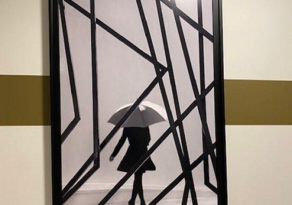 Cet après-midi, le photographe Loic Casanova installe ses clichés dans les halls des bâtiments de la résidence EPURE à Saint-Jean-de-Vedas. Des photographies artistiques réalisées au sein même de la résidence !