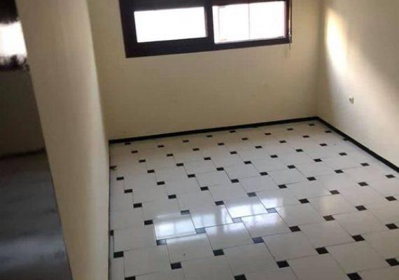A louer, appartement de 47m² situé dans un immeuble propre sécurisé avec ascenseur et place au garage à o océan 4eme arrondissement près de la police