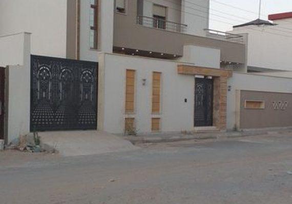منزل للبيع دور وملحق في مقسم جديد جهة أربع شوارع زويتة الأرض 300 متر، المسقوف للأرضي 190متر والمسقوف للملحق 80 متر .