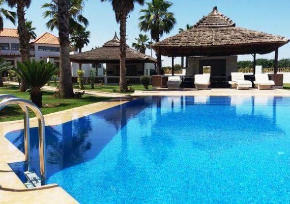 Résidence 🏝 Jumeira Beach 🏝 Sidi Rahal en R+2 réalise votre rêve et vous donne un choix d'appartements haut standing allant de 59 à 117 m² à partir de seulement 800.000 Dhs et des Villas à partir de 2.000.000 Dhs conjuguant espaces verts, piscines, fitness, cafétéria, restaurants, chiringuito, spa et piscine chauffée, avec un accès privilégié à la mer…