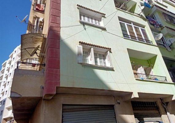 L'agence Darna Immobiler vous propose un bel appartement F4 de 105m2 sur Birkhadem, commune d'Alger, dans une résidence privée (bon voisinage), situé au 1er étage, ensoleillé et lumineux avec 2 balcons et 2 façades, grand hall d'entrée, séjour, 3 chambres, une cuisine meublée (bois en hêtre massif 1er choix), salle de bain, climatisation, ligne téléphonique et internet, compteurs individuels (gaz, électricité et eau), double portes d'entrée en plus celle de la résidence .