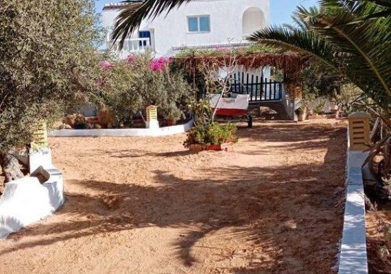À louer grande maison à Djerba côté houmt souk dans un beau coin calme sécurisée.