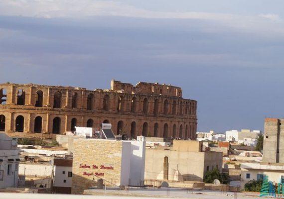 عقار حديث البناء يبعد 200 متر عن قصر الجم للبيع
