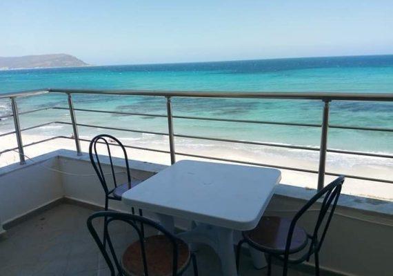 Pour une location saisonnière située en Tunisie précisément à Dar Allouche entre kelibia et Hawaria, je vous propose pour vos vacances une maison meublée qui donne sur une vue panoramique sur mer idéalement placée à 3 mètres environ de la plage, composée d'un salon bien èquipé (climatisé) +3 chambres à coucher + cuisine bien équipée + 3 douche + une grande Balcon offrant une merveilleuse vue, à la fois: sur mer et montagne Hawaria.