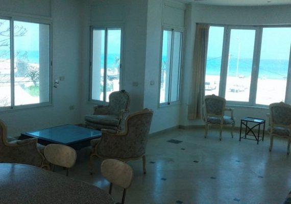 une maison climatisée meublée a 20 métre de la mer qui est située dans une résidence au calme.cette maison offre toutes les commodités d'une villa de bord de mer et proche de toutes les commodités.elle contient un salon avec vue sur mer ; une grande cuisine bien équipée; suite chambre parents avec vue sur mer ,chambre d'enfants et une très belle salle d'eau +terrasse