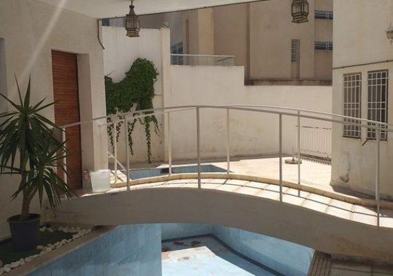on met une villa de 605 m² bâti sur un terrain de 825 m² à Manzah 7