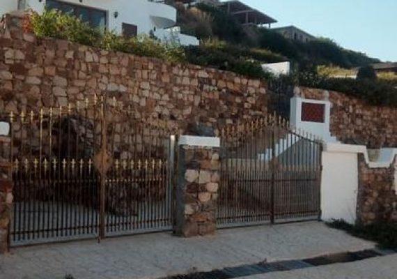 A vendre une belle villa style américain de 550m2 dans les plus belles des endroits à Tabarka située à la zone touristique Larmel bâtie sur terrain de 960m2 dans un quartier calme et sécurisé.