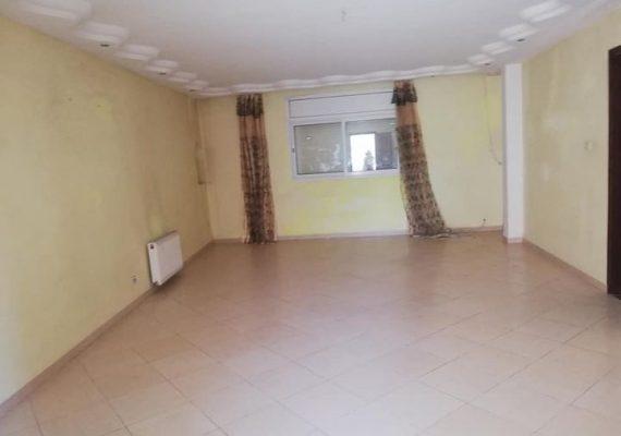L'agence immobilière flash Home immo vous propose à la location un spacieux appartement s3 au premier étage situé dans une petite résidence à Ezzahra.