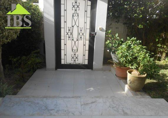 Immobilière Ben Said met en vente une belle villa sur deux niveaux d'une superficie de 290 m² située dans un quartier résidentiel calme à Bhira.