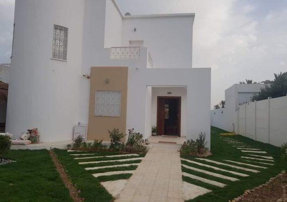 Pour vos vacances , nous avons le plaisir de vous proposons cette grande et magnifique villa 🏠 ⛱avec piscine🏊♀️ bien équipée composée de 3 suites sises à Tizdaine, à un grand jardin gazonné🏝🏝 et elle dispose d'un paillot pouvant accueillir deux voitures.