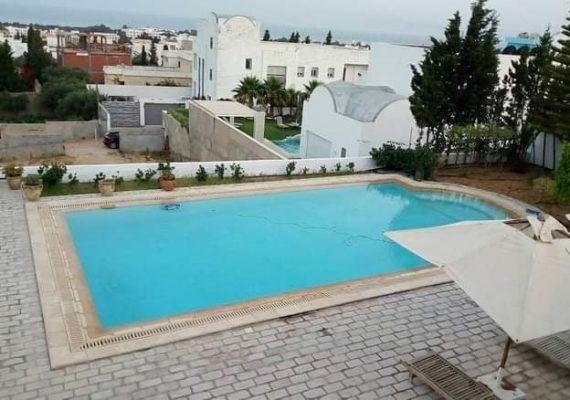 A louer pour la saison estivale,une charmente villa s+5 avec piscine, style arabesque érigée sur deux niveaux ,elle est bien située à hammamet nord kharouba