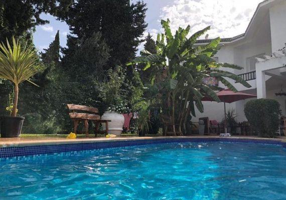 Alouer pour la saison estivale, une majestueuse villa avec piscine s+3 de style comtemporein, bien situee a hammamet a coté hotel sindhibade ,dans un endroit calme,avec un bon voisinnage, à proximité de tous commodités commerciales.elle est bien equipee,richement meublee.