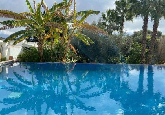 A louer pour la saison estivale, une charmante villa s+4 avec piscine, érigée sur deux niveaux sur bien située à Hammamet bab faouira a , elle est bien équipée richement meublée,