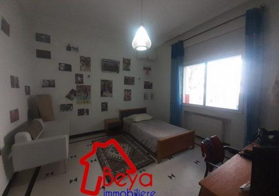 une #Villa s+4 #non_meublée avec #Jardin et #Garage