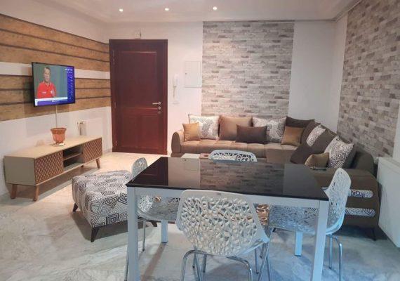 Nouveau Studio S+1 luxueux et richement meublé situé dans une nouvelle résidence gardée à côté de #Tunisia_Mall au #berges_du_lac_2. Il est composé d'un salon avec un balcon, une chambre à coucher, une salle de bain et une cuisine équipée d'un four électrique, une hotte aspirante, une plaque chauffante, et des éléments de rangements. L'appartement est équipé d'une climatisation en split système et chauffage central. La place de parking est réservée au sous-sol.